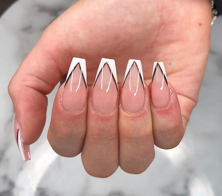 No one will reject acrylic nails, because their elegant and perfect nail shape can make fingers look slender and very easy to show personal charm.