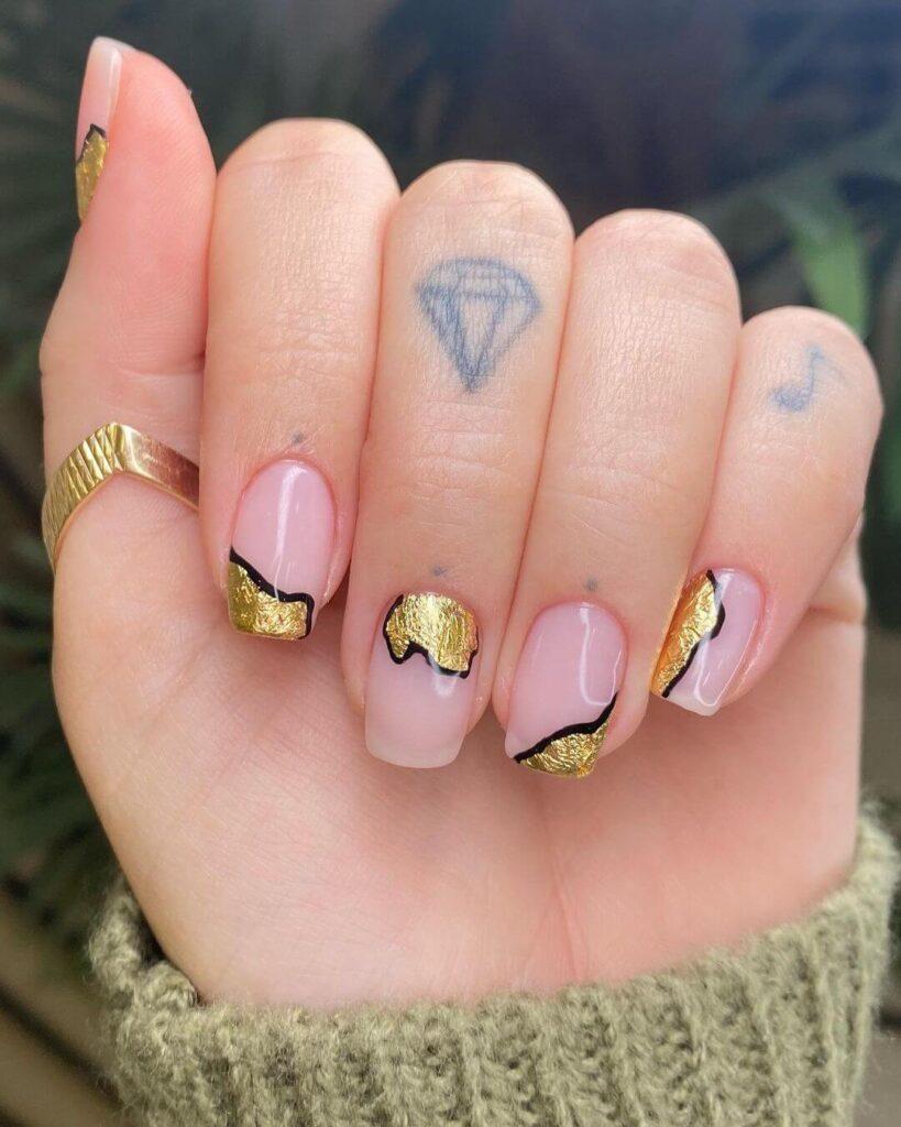 Irregular golden short valentine nails