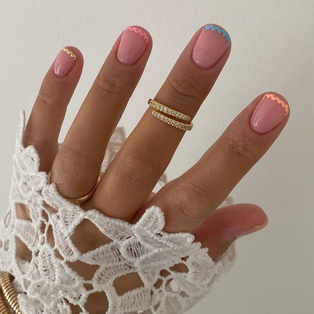 Wavy negative space short nails