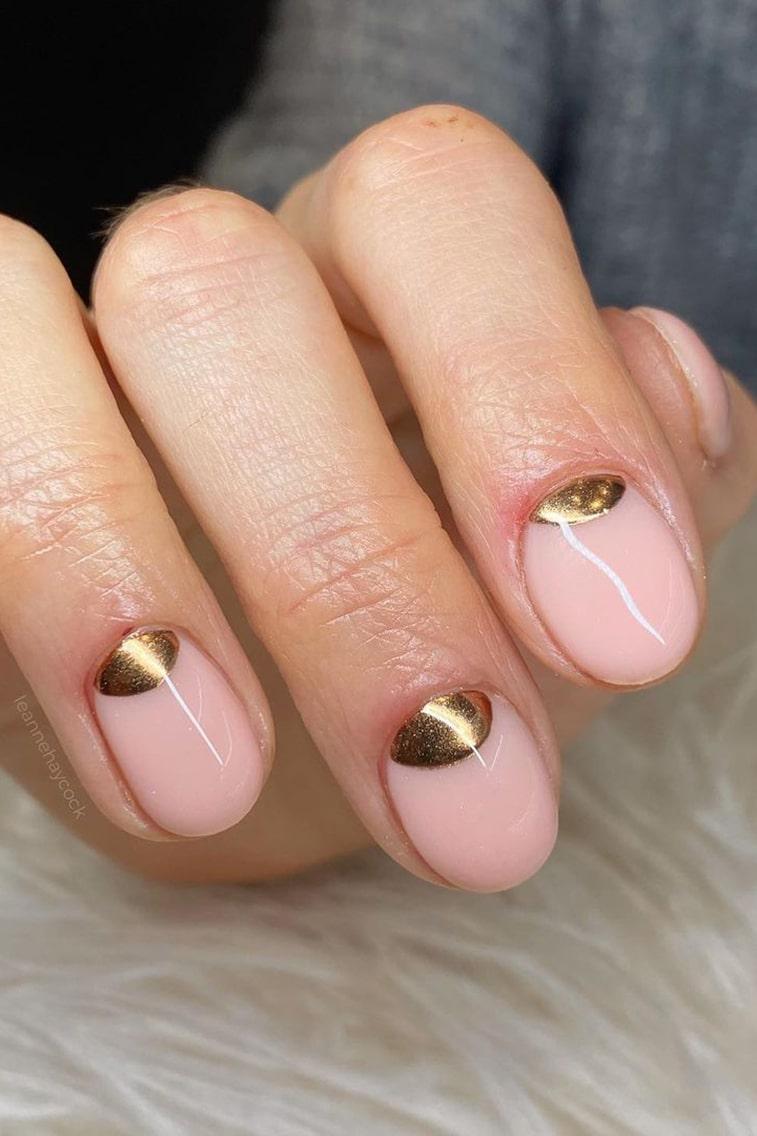 Minimalist chrome short nails
