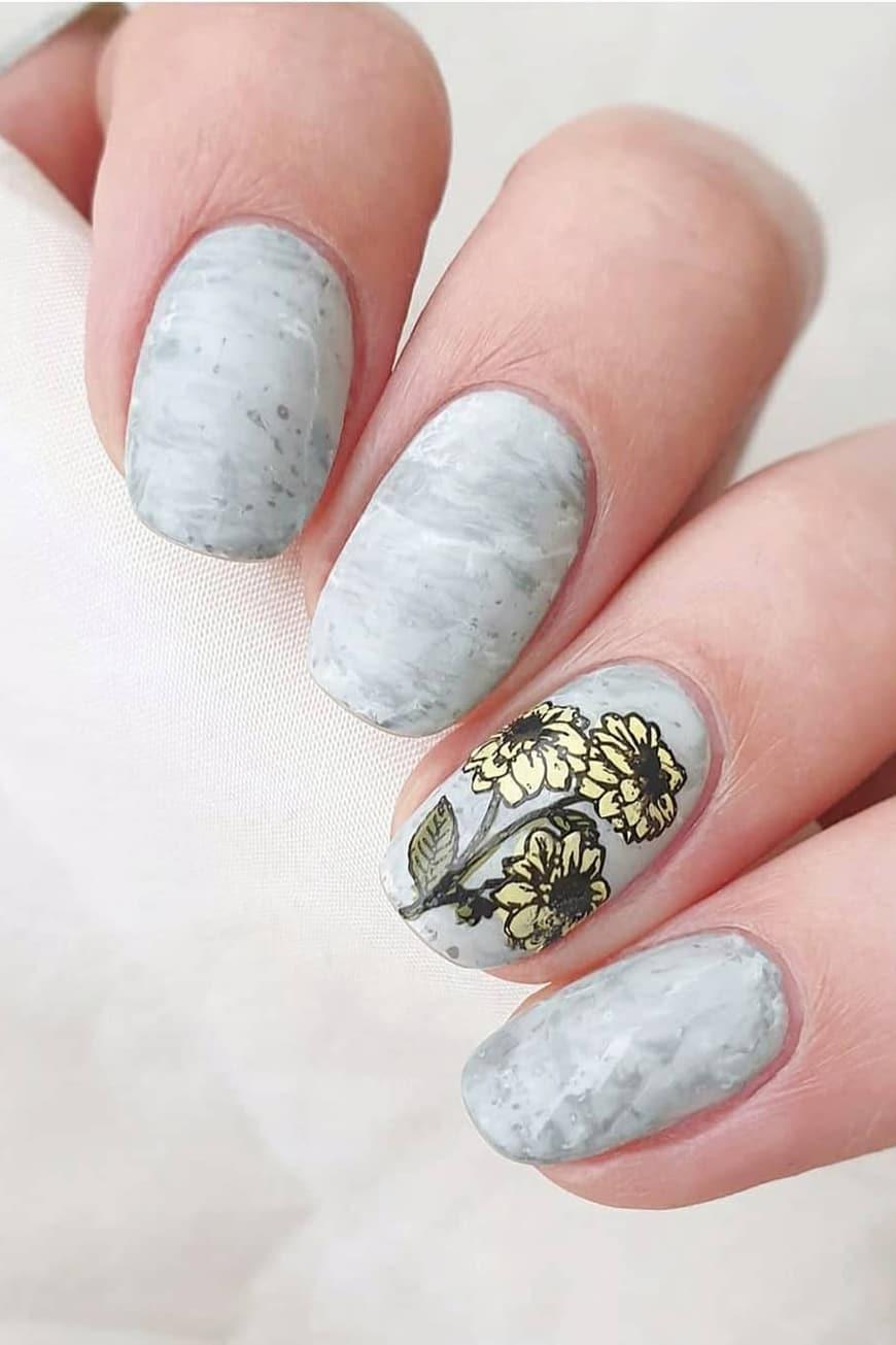 Natural and chic gray nails