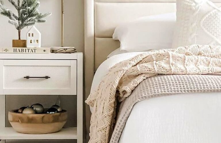 21 Christmas Bedroom Decorating Ideas For A Cozy Holiday in 2021