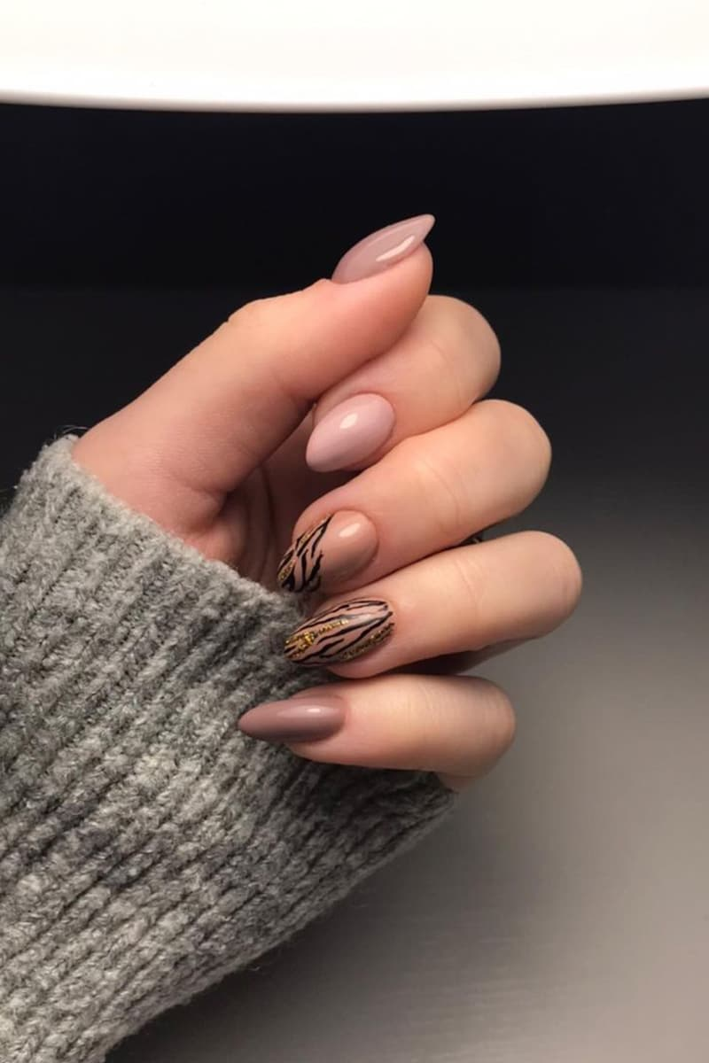 Zebra pattern brown nails